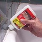 How to Remove Caulk From the Tub