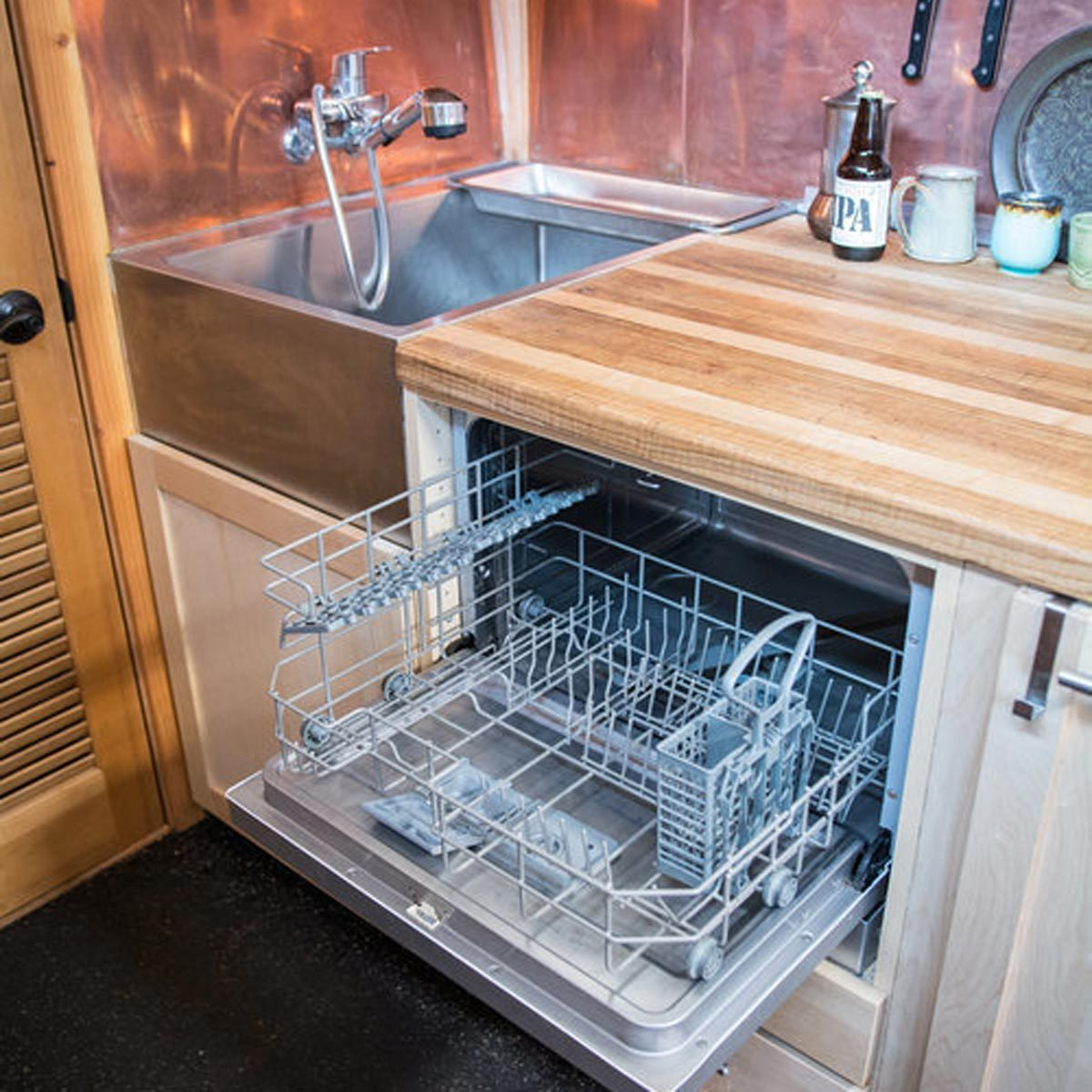 dfh17sep056_08 tiny home kitchen with dishwasher and stainless steel sink