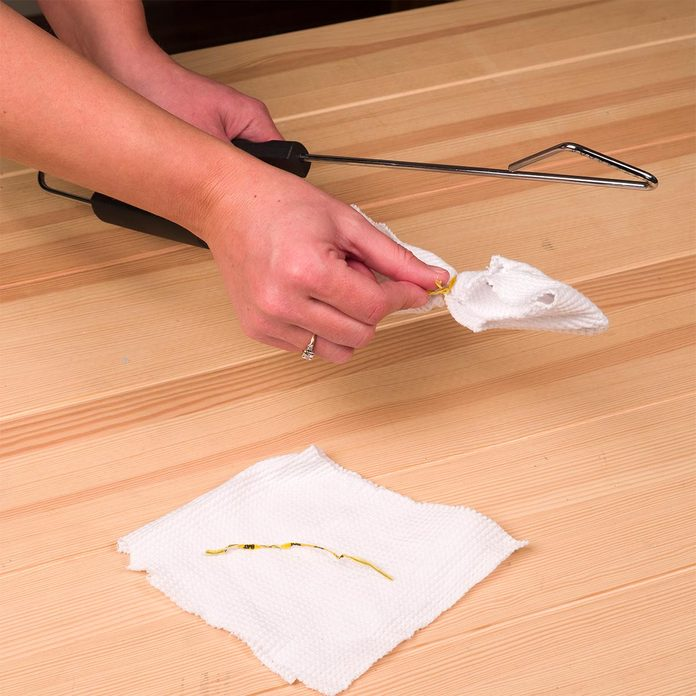 clean window blinds with tongs