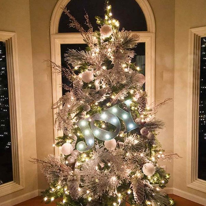 Christmas Tree Decorating Ideas: Snow and Glittered