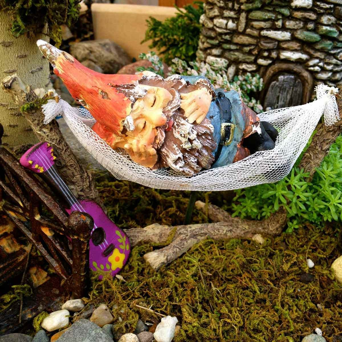 Charmant Snoozing Gnome Fairy Garden