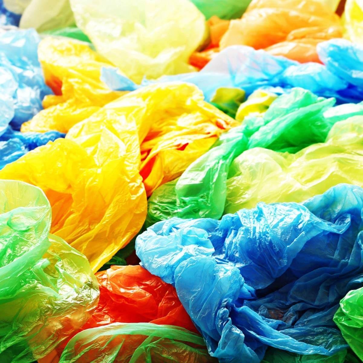 Leve sacolas plásticas para o supermercado