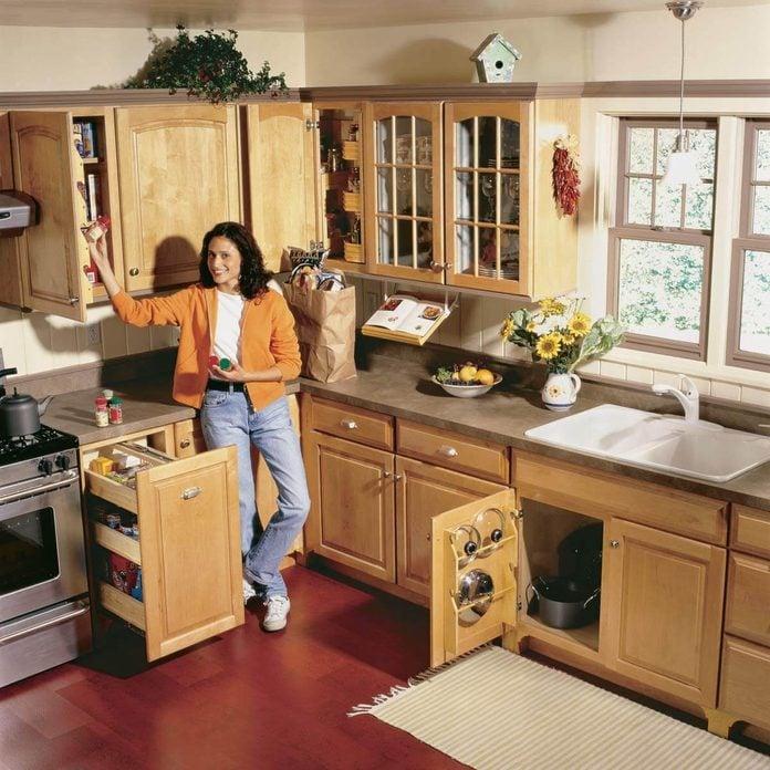 FH01SEP_02401_001 Space-Saving Kitchen Storage