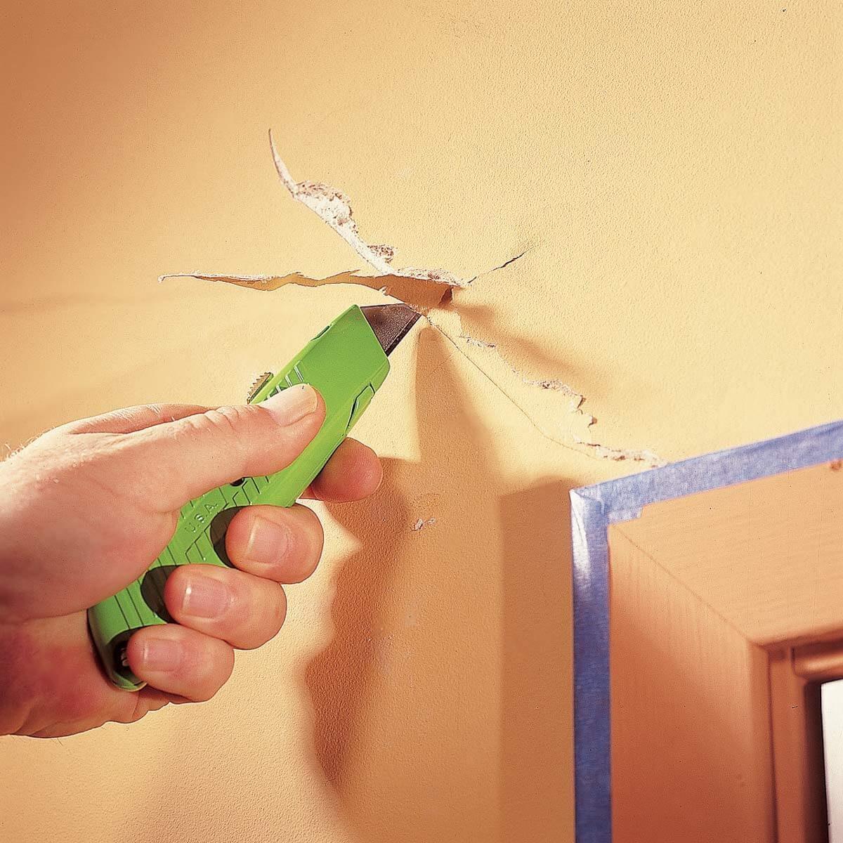 FH03DJA_02848_017 fix a crack in drywall