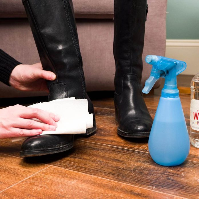 cleaning shoes with vinegar and water