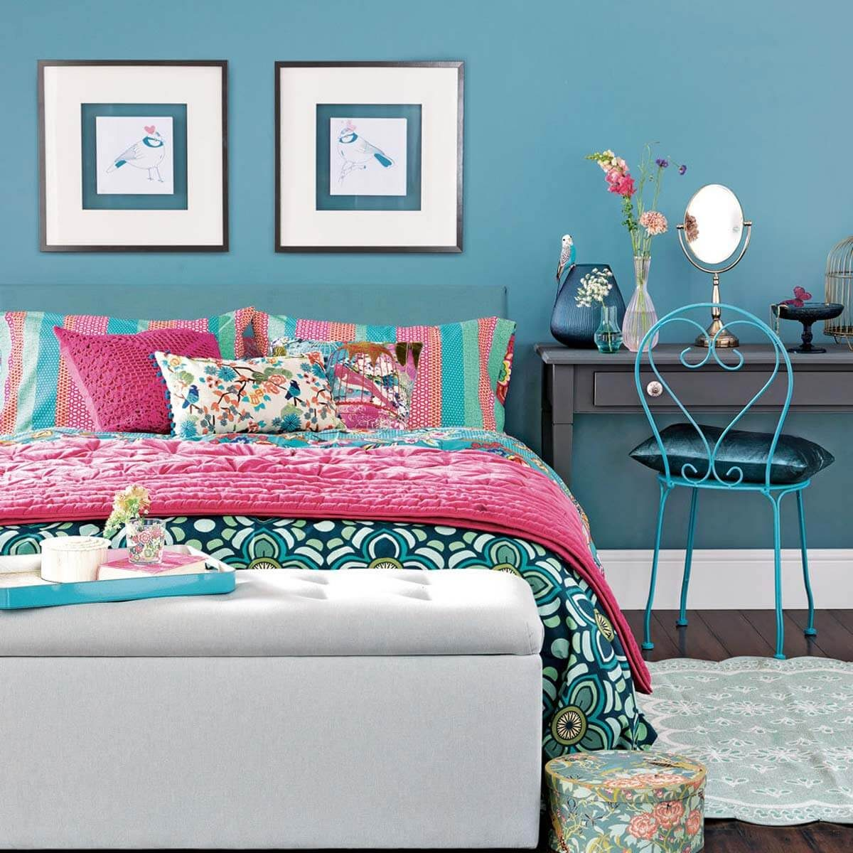 bright-floral-bedroom-with-teal-walls
