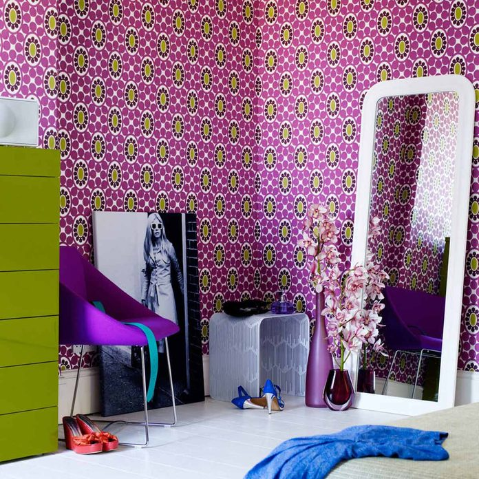 retro-seventies-style-bedroom-polly-wreford-wallpaper
