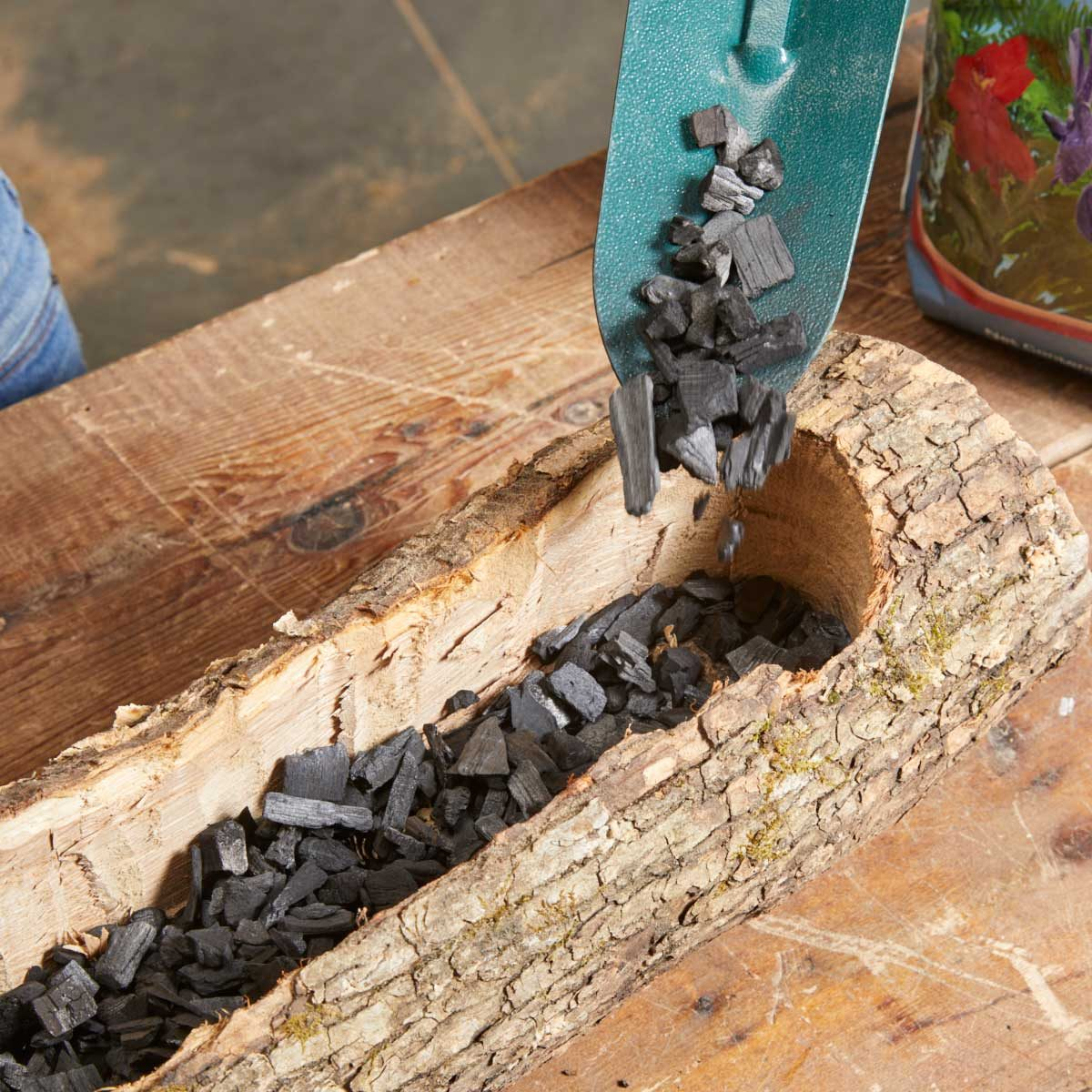 log planter pour charcoal
