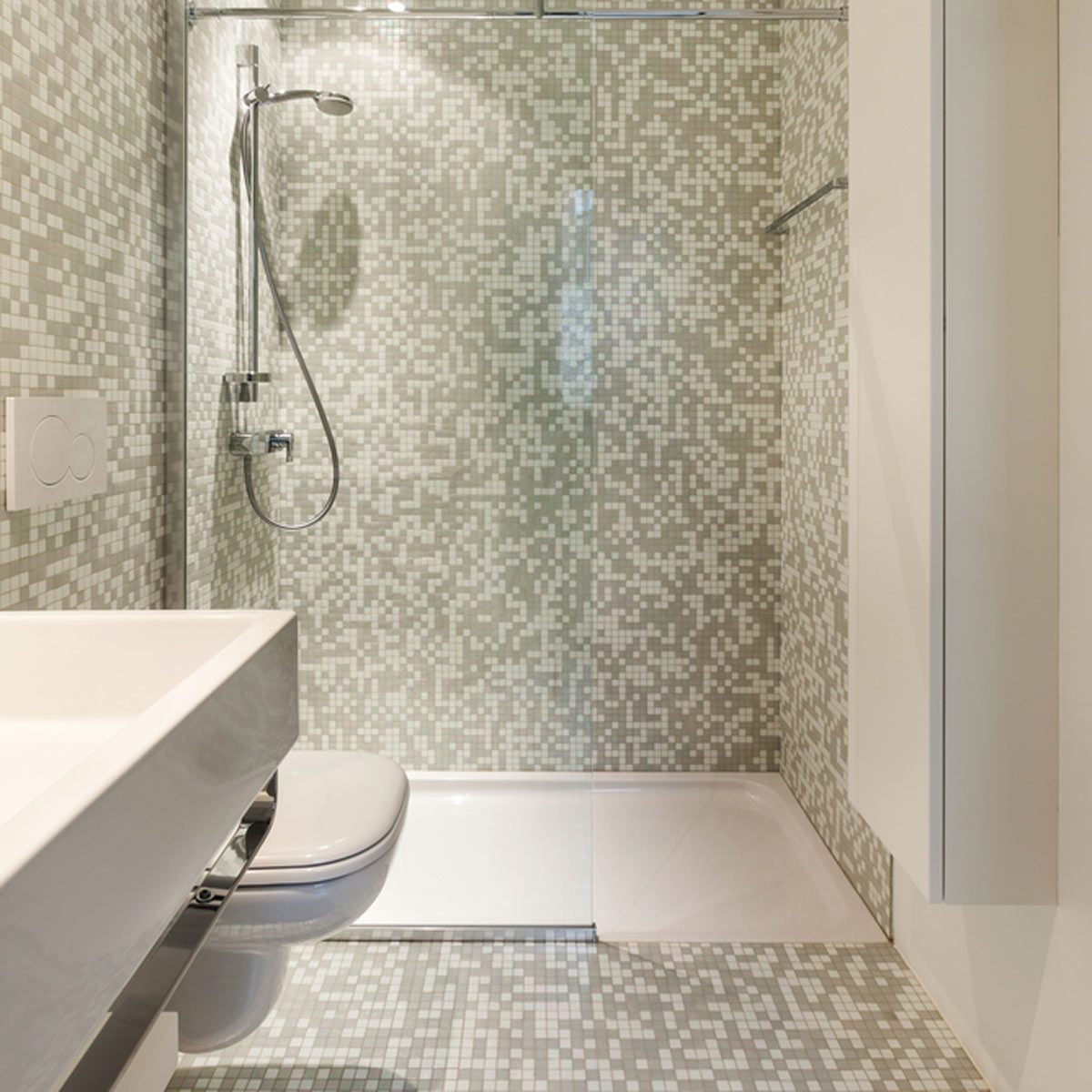 How to make a small bathroom look bigger the family handyman - How to make a small bathroom look larger ...