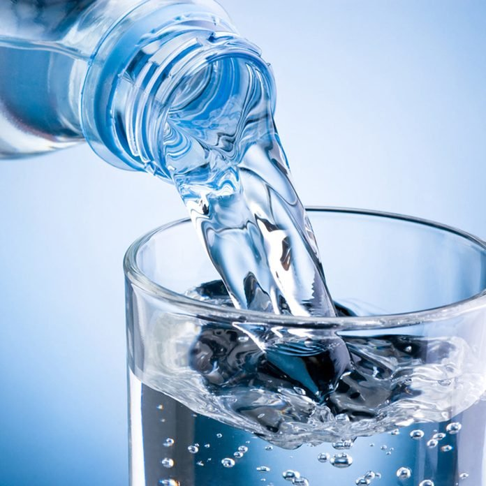 pour water into glass oxygenate