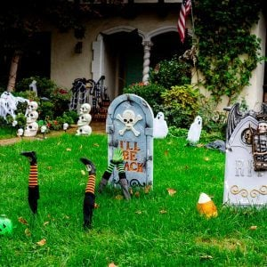 24 Ways to Decorate Your Home and Yard For Halloween