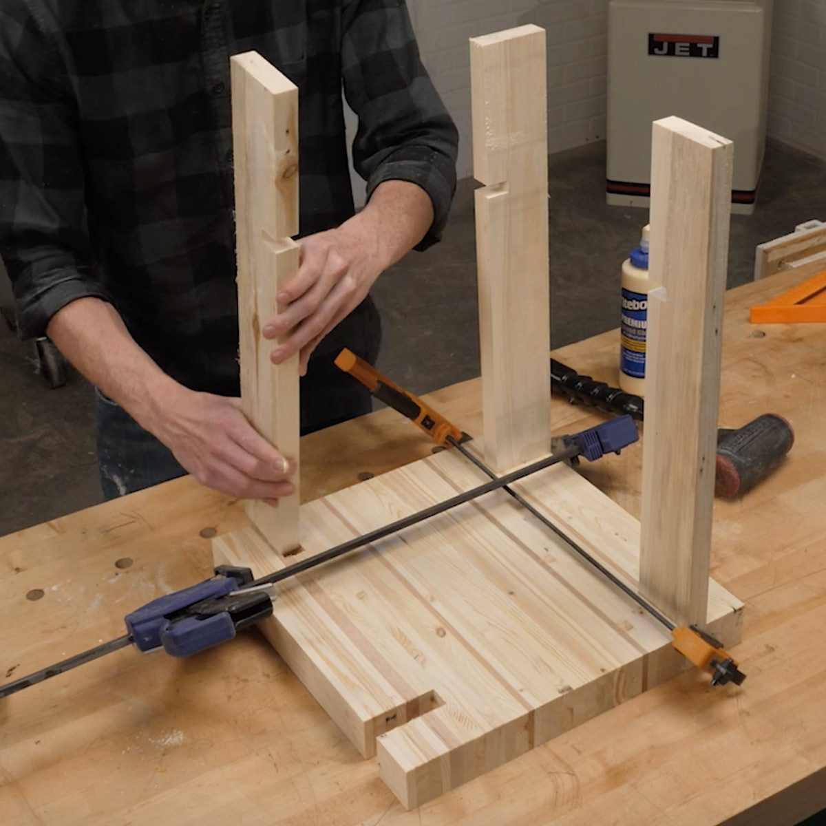 pallet side table glue the legs to the assembly