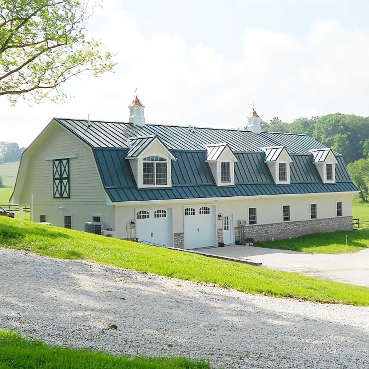 horse_barn_with_apartment_and_garage