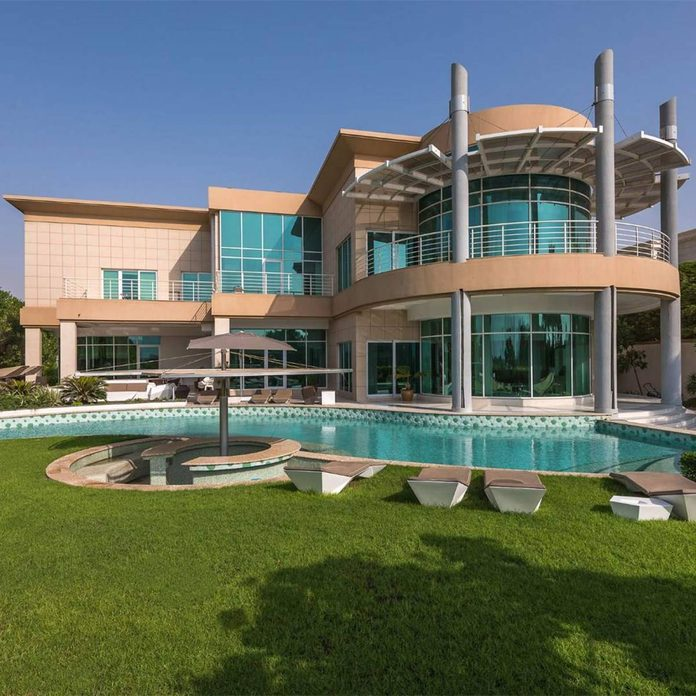 Modern mansion in Dubai with circle porch