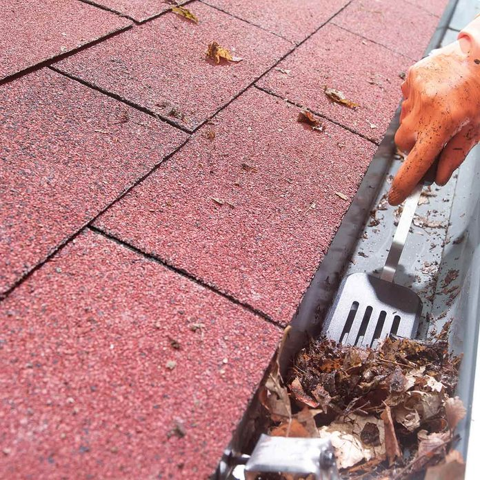 Easier gutter cleaning with a spatula