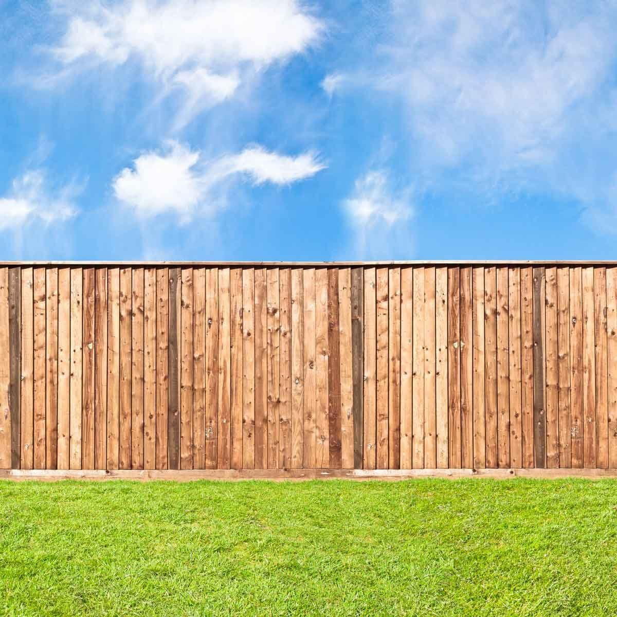 Privacy fence with closed slats