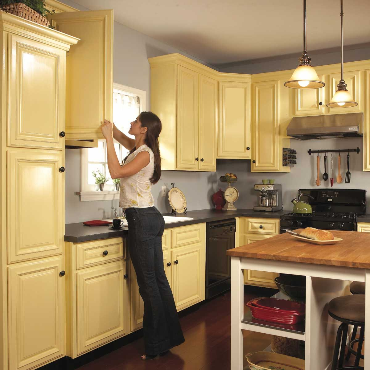 Spray Paint Kitchen Cabinets Diy, How To Paint Kitchen Cabinets White With A Sprayer